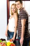 Junge Paare an der Küche Lizenzfreie Stockfotografie