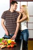 Junge Paare an der Küche Stockfoto