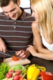 Junge Paare an der Küche stockbilder