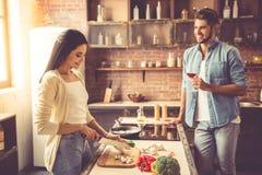 Junge Paare in der Küche stockfotos
