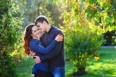 Junge Paare in der Liebe, die in den Sommer geht, parken Stockfoto