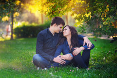 Junge Paare in der Liebe, die in den Sommer geht, parken Stockbilder