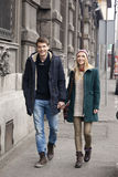Junge Paare in der Liebe, die in die Stadt geht Lizenzfreie Stockfotos
