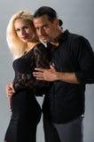 Junge Paare in der Liebe, die im Studio aufwirft, kleideten in der klassischen Kleidung an Stockfotografie