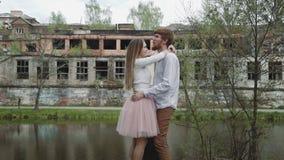 Junge Paare in der Liebe, die in Sommer geht, parken Händchenhalten Frau im rosa Ballettröckchenrockmann mit longboard in Händen  stock footage