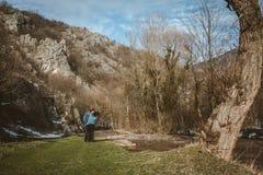 Junge Paare in der Liebe, die, Wandern, tragend durch den Fluss reist zur Schau lizenzfreies stockfoto