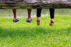 Junge Paare in der Liebe, die zusammen sitzt Lizenzfreie Stockbilder