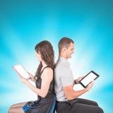 Junge Paare in der Liebe Hübscher Kerl und hübsches Mädchen mit Haltung an Stockbild