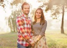 Junge Paare in der Liebe im Freien stockfoto