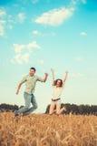 Junge Paare in der Liebe im Freien stockbilder