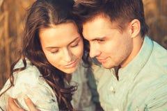 Junge Paare in der Liebe im Freien Erstaunliches sinnliches Porträt im Freien von den jungen stilvollen Modepaaren, die im Sommer Stockfoto