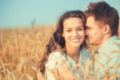 Junge Paare in der Liebe im Freien Erstaunliches sinnliches Porträt im Freien von den jungen stilvollen Modepaaren, die im Sommer Lizenzfreie Stockfotografie