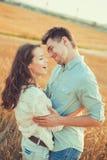 Junge Paare in der Liebe im Freien Erstaunliches sinnliches Porträt im Freien von den jungen stilvollen Modepaaren, die im Sommer Lizenzfreie Stockfotos