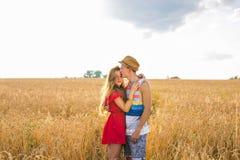 Junge Paare in der Liebe im Freien Erstaunliches sinnliches Porträt im Freien von den jungen stilvollen Modepaaren, die im Sommer Lizenzfreies Stockbild