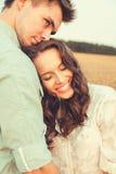 Junge Paare in der Liebe im Freien Verbinden Sie das Umarmen stockbilder