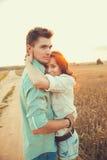 Junge Paare in der Liebe im Freien Verbinden Sie das Umarmen stockfotografie