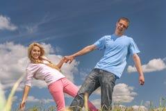 Junge Paare in der Liebe im Sommerpark stockbild