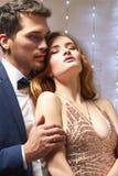 Junge Paare in der Liebe umarmung Stockbild