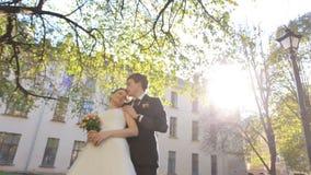 Junge Paare in der Liebesbraut und -bräutigam auf stock video footage