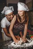 Junge Paare der Mischrasse, die Abendessen kochen Lizenzfreie Stockbilder