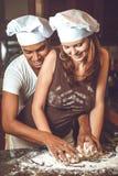 Junge Paare der Mischrasse, die Abendessen kochen Stockbild