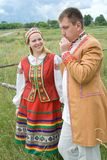 Junge Paare in der nationalen belarussischen Kleidung. Stockfoto
