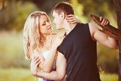 Junge Paare in der Natur Lizenzfreies Stockbild