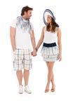 Junge Paare in der Sommerausstattung, die Hand in Hand geht Lizenzfreies Stockbild