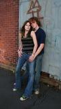 Junge Paare in der städtischen Einstellung Lizenzfreie Stockfotografie
