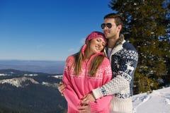 Junge Paare in der Winter-Schnee-Szene Stockfoto