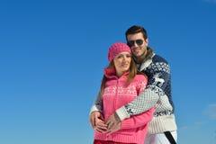 Junge Paare in der Winter-Schnee-Szene Stockfotos