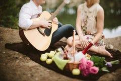 Junge Paare des romantischen Datums auf Natur Lizenzfreie Stockfotografie