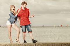 Junge Paare, die überraschte Vertretung mit dem Finger schauen Stockfoto