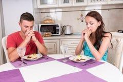 Junge Paare, die Anmut sagen Stockbilder