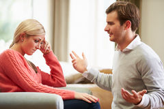 Junge Paare, die Argument zu Hause haben lizenzfreie stockfotos