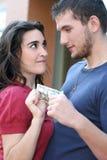 Junge Paare, die, argumentierend über Geld kämpfen Stockbild
