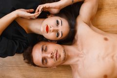 Junge Paare, die auf dem Bretterboden liegen und oben schauen Beschneidungspfad eingeschlossen Lizenzfreies Stockbild