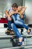 Junge Paare, die auf den Treppen sitzen Lizenzfreie Stockfotografie