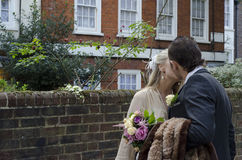 Junge Paare, die auf der Straße küssen Lizenzfreies Stockfoto