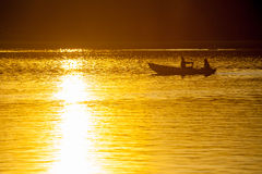 Junge Paare, die auf ein Boot schwimmen Lizenzfreies Stockbild