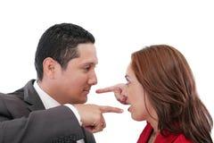Paare, die auf einander zeigen stockbild