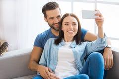 Junge Paare, die auf eine neue Verlegung der Wohnung zusammenrücken Lizenzfreie Stockfotografie