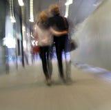 Junge Paare, die auf eine Straße gehen Lizenzfreies Stockbild