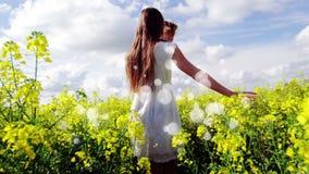 Junge Paare, die auf einem Blumengebiet mit Lichteffekten auf den Vordergrund gehen stock video footage