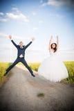 Junge Paare, die auf einem Feld aufwerfen stockfotos
