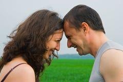 Junge Paare, die auf einem Weizengebiet spielen Lizenzfreies Stockbild