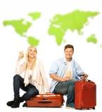 Junge Paare, die auf Koffern sitzen Lizenzfreie Stockfotos