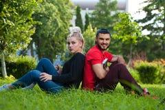 Junge Paare, die auf Natur aufwerfen Stockfotos