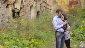 Junge Paare, die auf Natur küssen stock footage