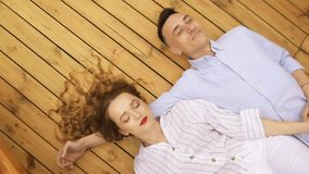 Junge Paare, die auf Plattform des beweglichen Schiffs am Sommertag liegen M?dchen mit dem langen brunette Haar in wei?em, reisen stock video